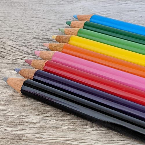 お名前シールを貼る色鉛筆