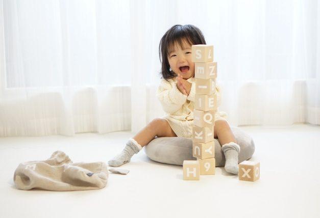 必見!子どもを笑わせる方法|手元におもちゃなどがある時